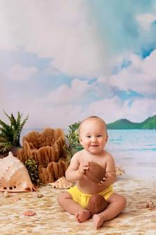 Garoto feliz sentado tomando sol em uma praia com palmeiras à beira-mar