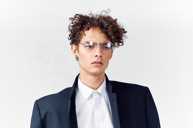 Garoto fofo de terno, cabelo encaracolado, óculos, moda