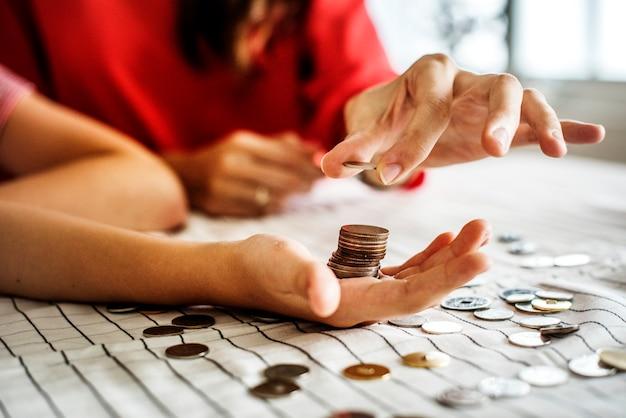 Garoto ganhando dinheiro para o futuro