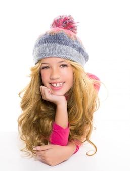 Garoto garota com gorro de lã de inverno sorrindo em branco