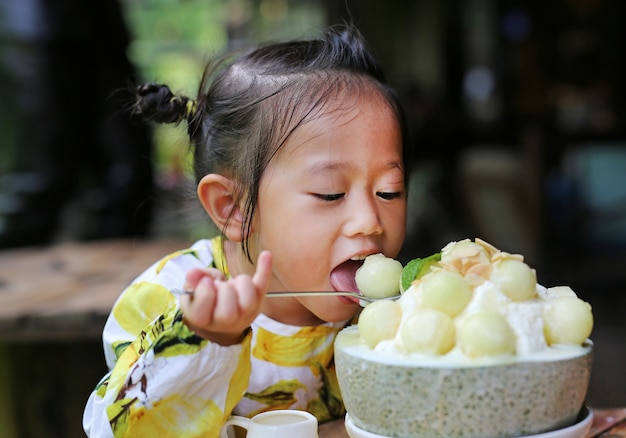 Garoto garota comendo melão bing su coreano sobremesa