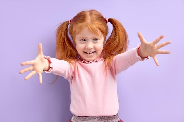 Garoto garota estendeu as mãos, braços, venha aqui para nós chamando em abraços isolados, amor infantil e conceito de amizade