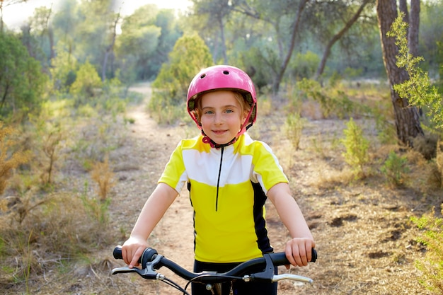 Garoto garota motociclista em mountain bike mtb