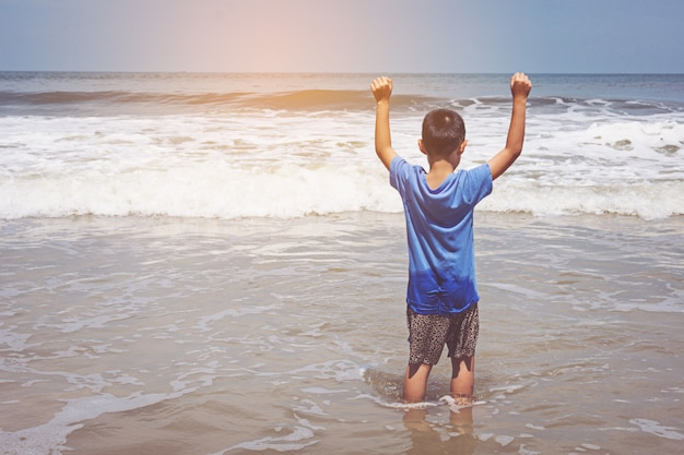 Garoto jogando na praia