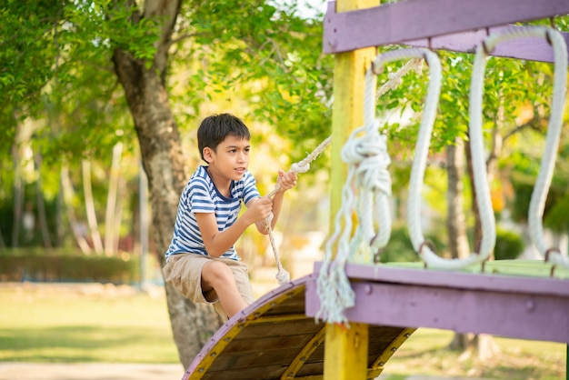 Garoto jogando no recreio ao ar livre