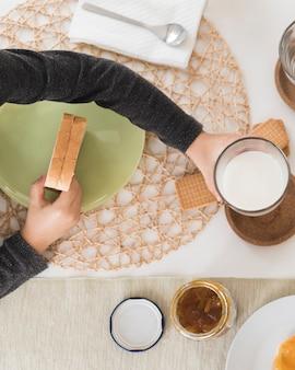 Garoto leigo plana tomando café da manhã