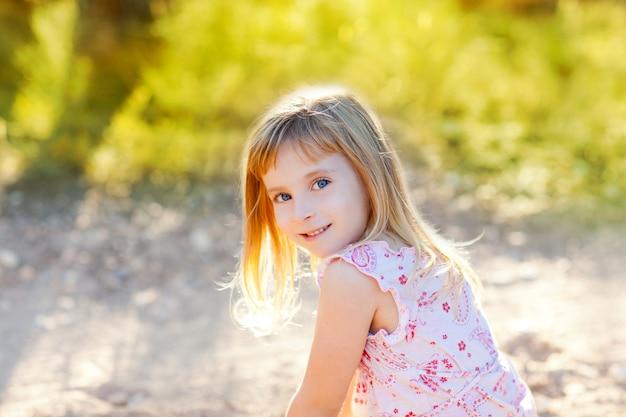 Garoto loiro garota ao ar livre natureza hapy retrato