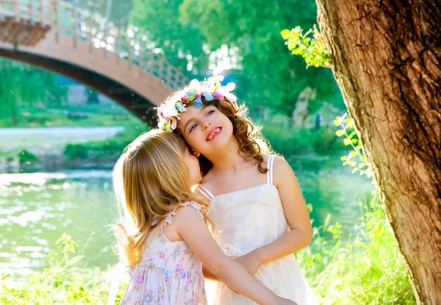 Garoto meninas brincando na primavera ao ar livre parque fluvial