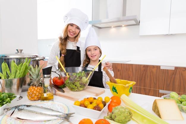 Garoto meninas junior chef amigos abraço juntos em bancada