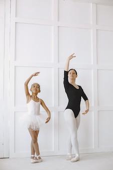 . garoto na aula de dança com professor