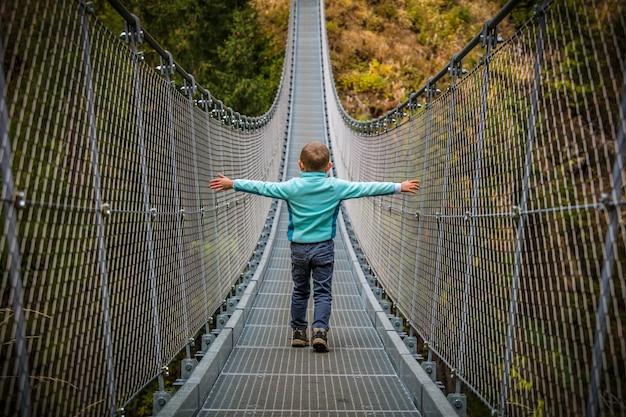 Garoto na ponte suspensa