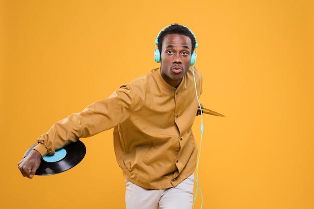 Garoto negro posando com fones de ouvido