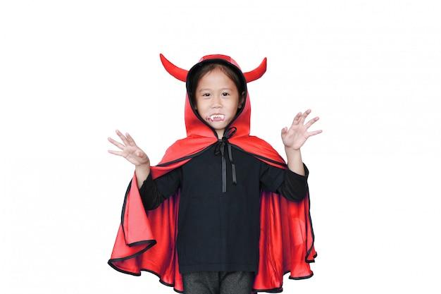 Garoto no manto de drácula com expressão assustadora