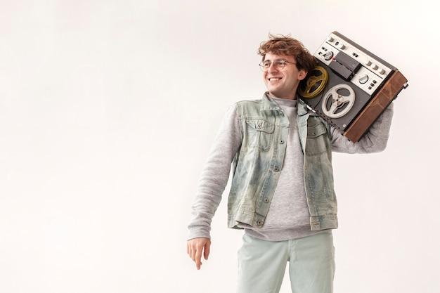Garoto segurando cassete com cópia-espaço