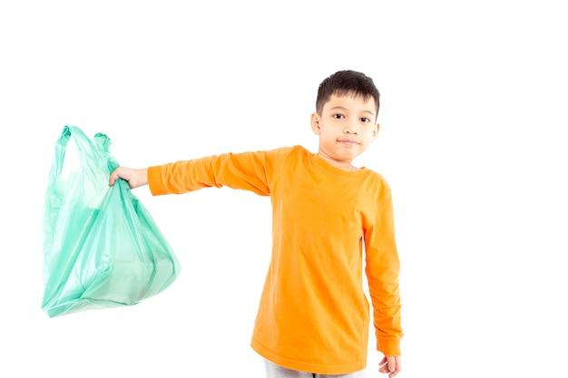 Garoto segurando o saco de plástico