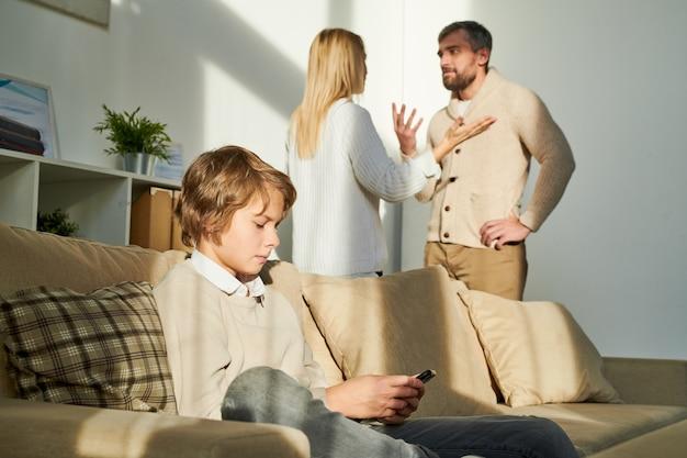 Garoto sendo fechado enquanto os pais brigam