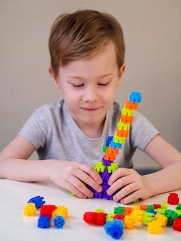 Garoto sorridente brincando com jogo colorido