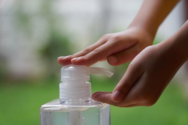 Garoto usa gel desinfetante com álcool