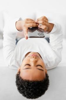 Garoto usando celular