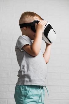 Garoto usando fone de ouvido virtual em casa