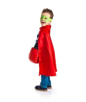 Garoto vestido de super-herói