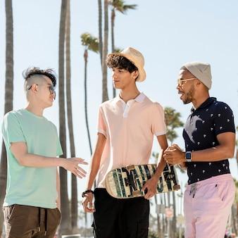 Garotos adolescentes saindo, dias de verão em venice beach, los angeles