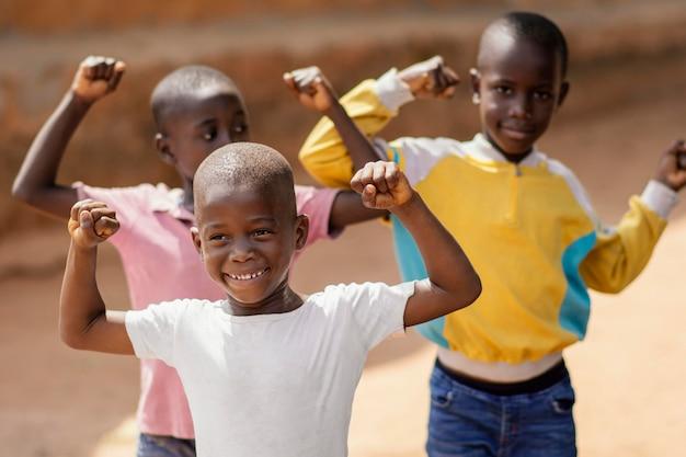 Garotos africanos sorridentes de tiro médio