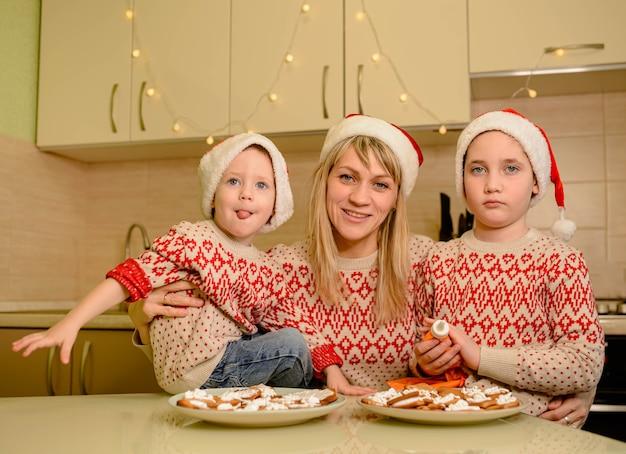 Garotos bonitos decorando biscoitos de gengibre com diversão. feriado de natal