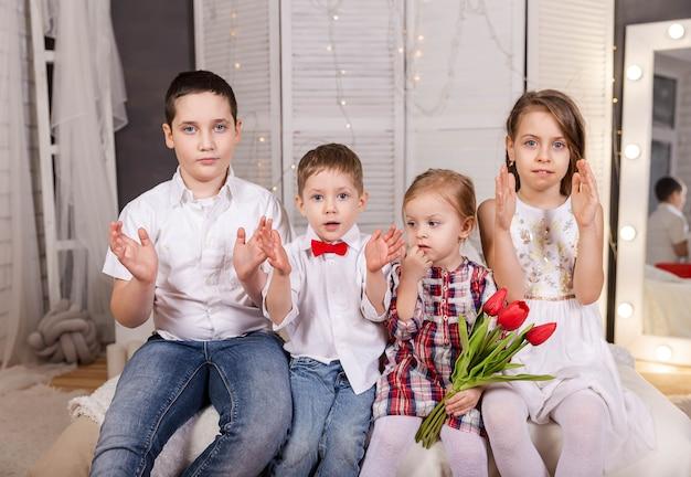Garotos e garotas sorridentes, lindos filhos juntos infância interior