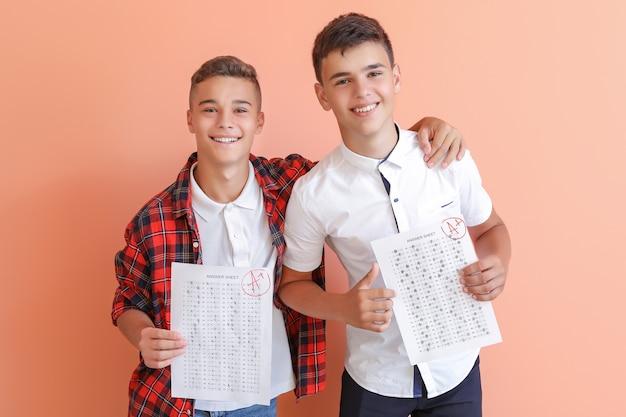 Garotos felizes com resultados de teste escolar