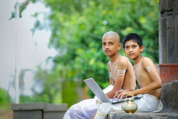 Garotos indianos aprendendo no laptop