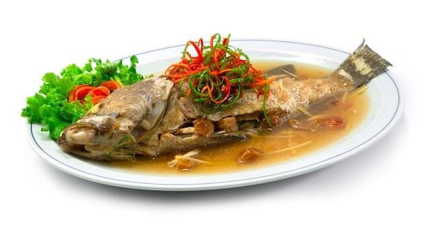 Garoupa cozida no vapor com molho de ameixa comida chinesa deliciosa vista lateral