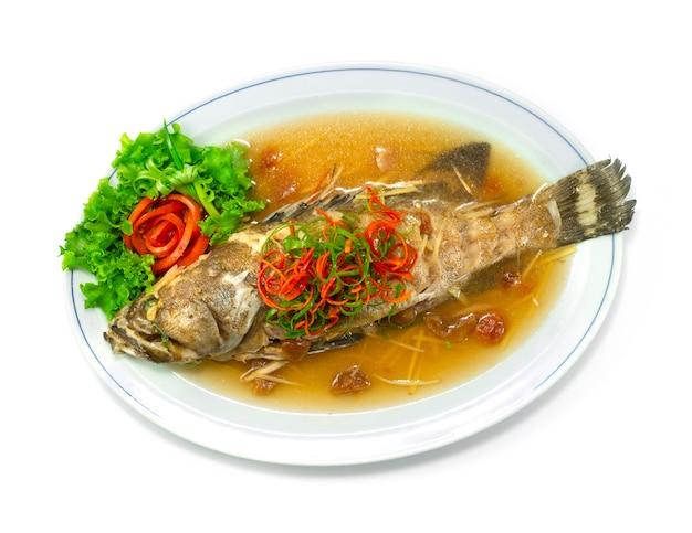 Garoupa cozida no vapor com molho de ameixa estilo comida chinesa deliciosa vista superior