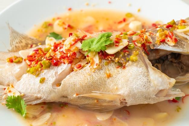 Garoupa no vapor com limão e pimenta - comida asiática