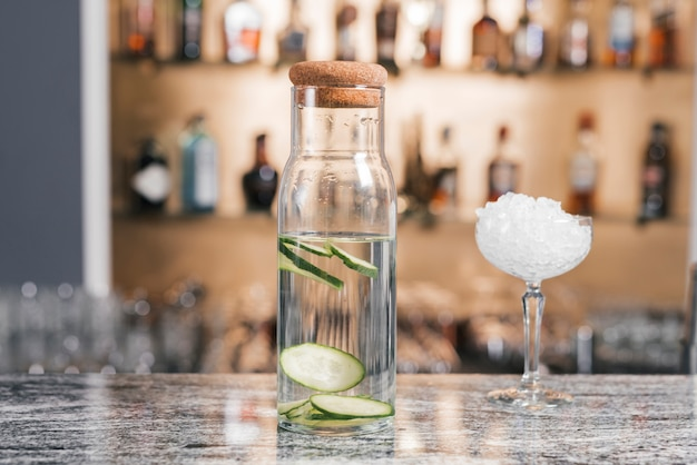 Garrafa cheia de gin tônica