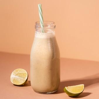 Garrafa com bebida saudável e limão