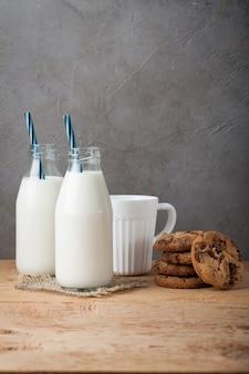 Garrafa com leite e biscoitos de chocolate.