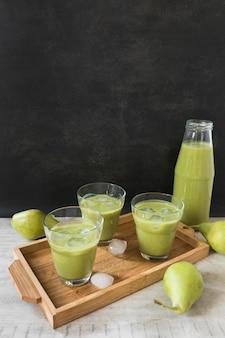 Garrafa com suco de abacate