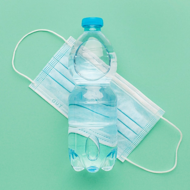 Garrafa de água acima da máscara médica