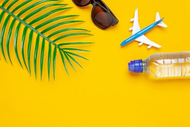 Garrafa de água clara e avião de brinquedo. conceito de turismo e águas claras