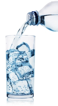 Garrafa de água de vidro e plástica