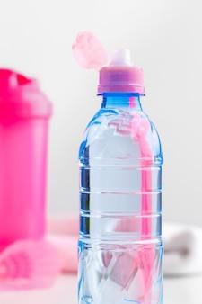 Garrafa de água e garrafa shaker com proteína. bebidas esportivas
