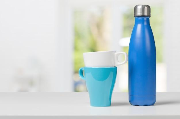 Garrafa de água em cima da mesa