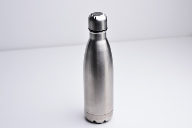 Garrafa de água isolada no fundo branco cor prata