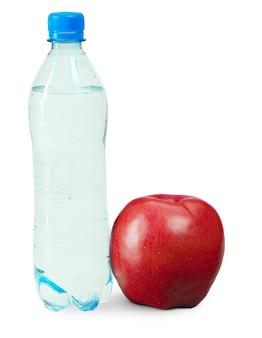 Garrafa de água, maçã isolada