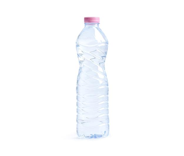 Garrafa de água plástica isolada no fundo branco com traçado de recorte.