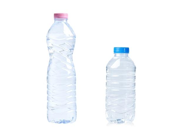 Garrafa de água plástica isolada no fundo branco.