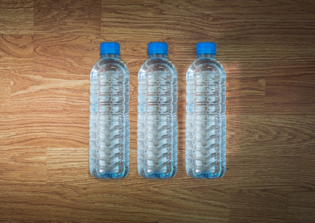 Garrafa de água plástica na mesa de madeira