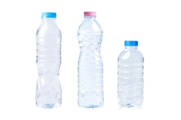 Garrafa de água plástica para bebida isolada no fundo branco.