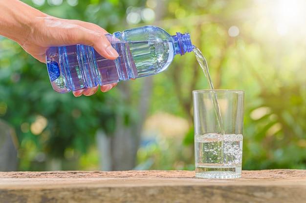 Garrafa de água potável. água potável para a saúde